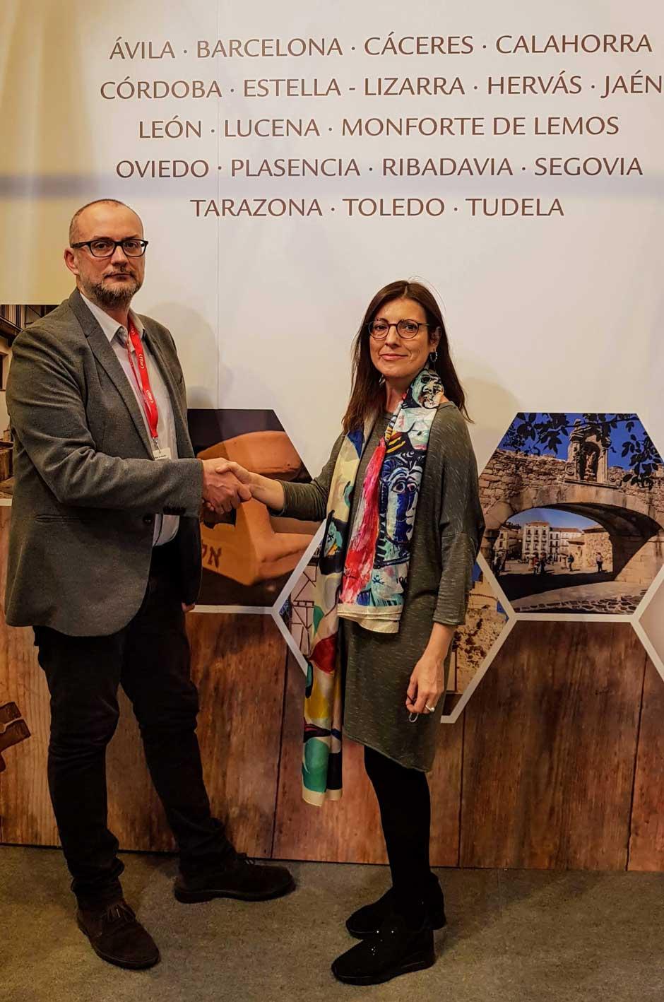 Clemente Corona, director de TGV Lab, y Marta Puig, gerente de la Red de Juderías de España, durante la formalización del acuerdo de colaboración en el transcurso de FITUR 2019